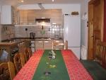 kuchyň pro hosti   s jídelním stolem a rohovou lavici