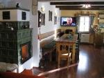 místnost ke společnému posezení u kachlových kamen a baru.